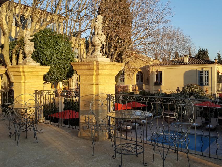 La terrasse en pierre Vers Pont du Gard.